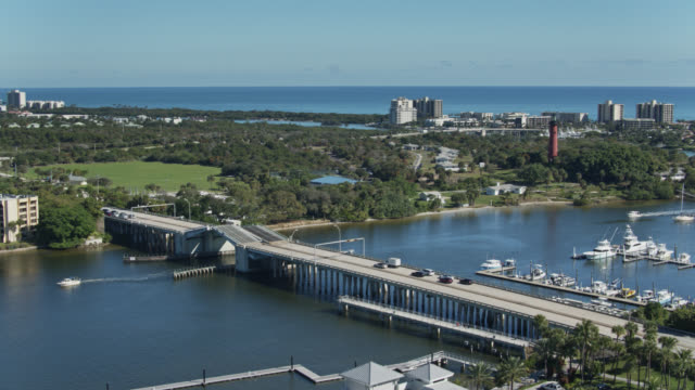 decks raising on us-1 bridge in jupiter, florida - jachthafen stock-videos und b-roll-filmmaterial