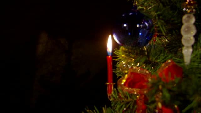 decorate the christmas tree - kerze stock-videos und b-roll-filmmaterial