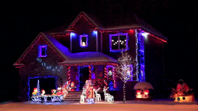 stockvideo's en b-roll-footage met decorated and illuminated house for christmas - kerstversiering