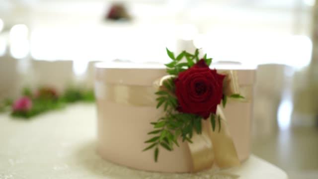 vidéos et rushes de chaises décorées au restaurant pour la cérémonie de mariage - palace