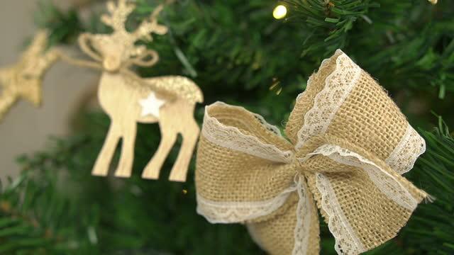 vídeos de stock, filmes e b-roll de árvore de natal decorada - vinheta