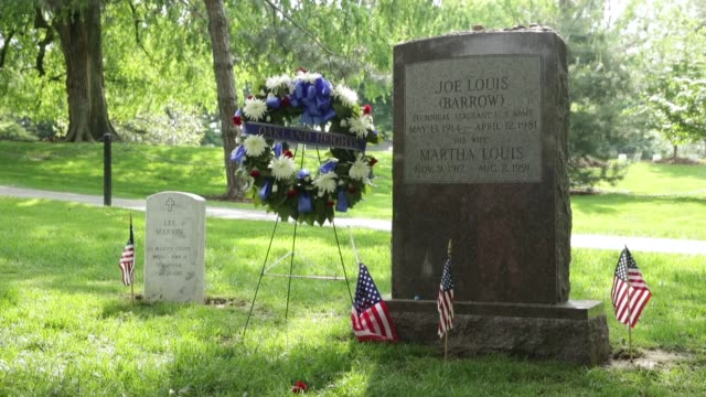 vídeos de stock e filmes b-roll de ls decorated gravestone as part of arlington national cemetery 150th anniversary commemoration the cemetery partnered with anc tours by martz gray... - cemitério nacional de arlington