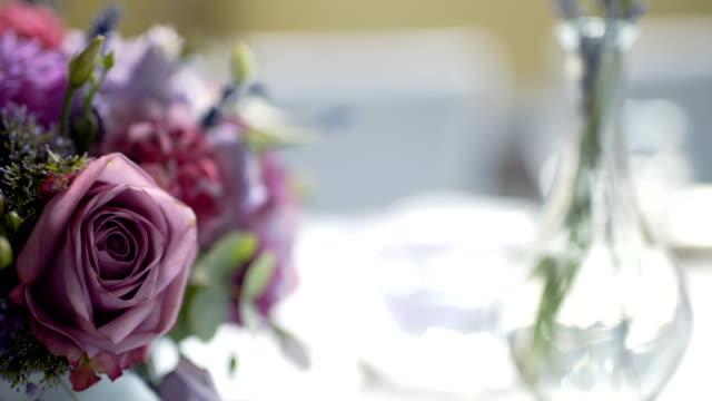 tabel voor een bruiloft diner met bloemen versierd