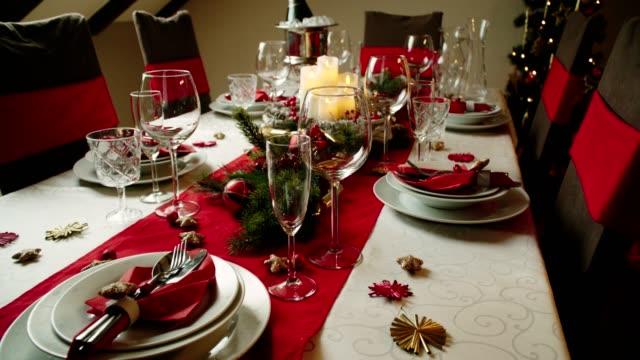 tavolo decorato per cena di natale con candele e ornamenti natalizi - tavolo video stock e b–roll