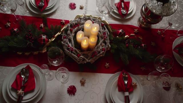 vidéos et rushes de décoré de table pour le dîner de noël avec des bougies et décorations de noël - table