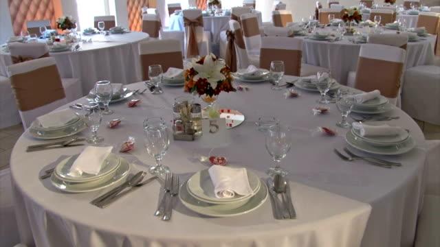 vidéos et rushes de tables décorées - composition florale