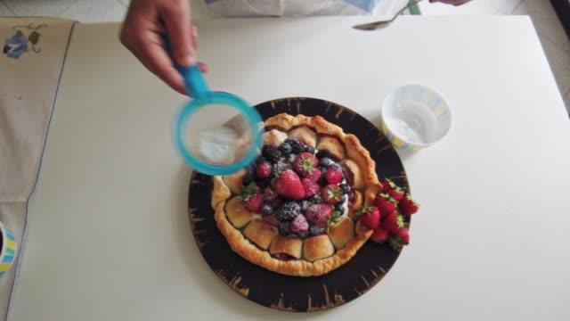 ベリーケーキを飾る - タルト点の映像素材/bロール