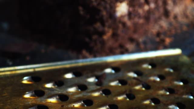 stockvideo's en b-roll-footage met chocolade cake versieren - crane shot