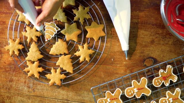 vídeos de stock, filmes e b-roll de biscoitos de natal decoração com glacê - rolo de pastel