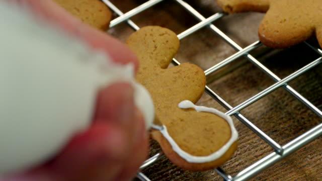 Weihnachtsplätzchen mit Zuckerguss verzieren