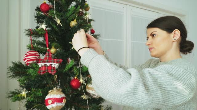 vídeos y material grabado en eventos de stock de decoración árbol de navidad en casa. - diy