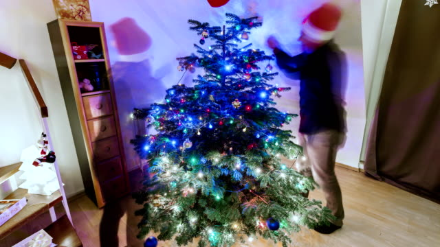 stockvideo's en b-roll-footage met decorating christmas tree time lapse - kerstversiering