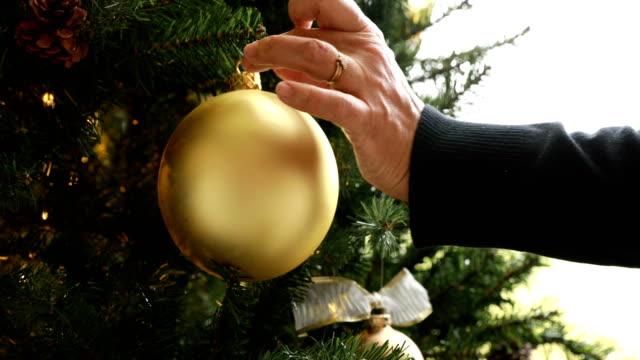 vídeos de stock, filmes e b-roll de decorando a árvore de natal - decoração de natal