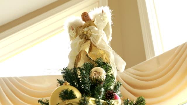 dekorera julgranen - ängel bildbanksvideor och videomaterial från bakom kulisserna