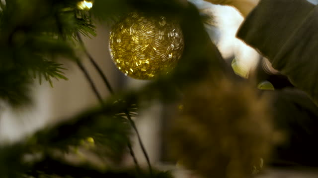 stockvideo's en b-roll-footage met kerstboom versieren - kerstversiering