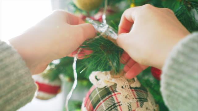 POV versieren kerstboom.