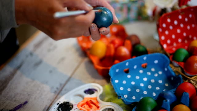 decorare uova di pasqua - ornato video stock e b–roll