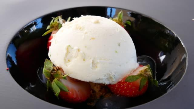 自家製ストロベリーアイスクリーム、4k解像度を飾ります。 - アイスクリームスクープ点の映像素材/bロール
