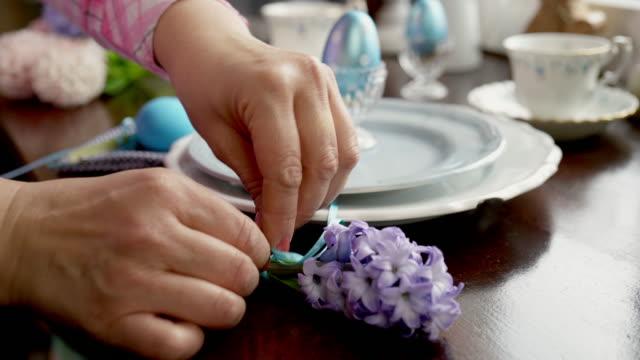 dekorera plats inställning för påsk - påsk bildbanksvideor och videomaterial från bakom kulisserna
