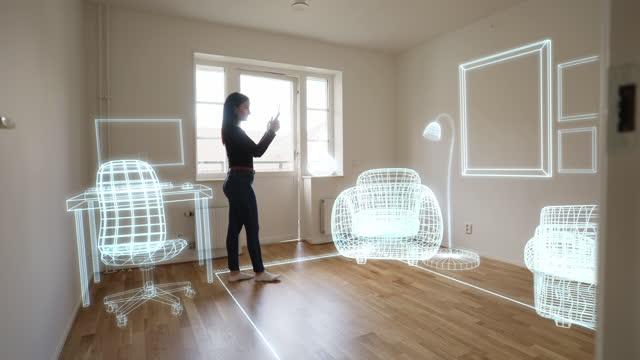 vidéos et rushes de décorer la nouvelle maison vide avec la technologie de réalité augmentée - regarder autour de soi