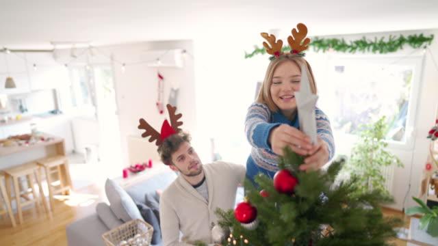 stockvideo's en b-roll-footage met versieren hun liefde nest voor kerstmis - star shape