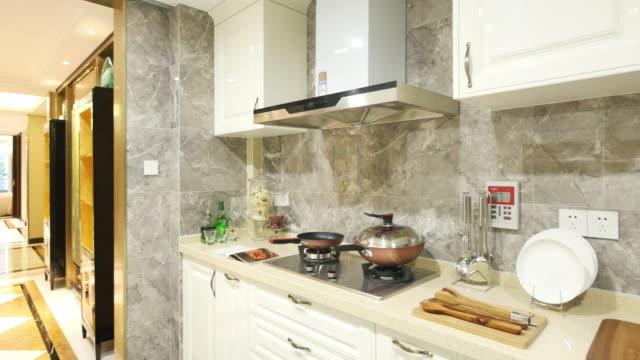 dekoration und design moderne küche - arbeitsplatte stock-videos und b-roll-filmmaterial