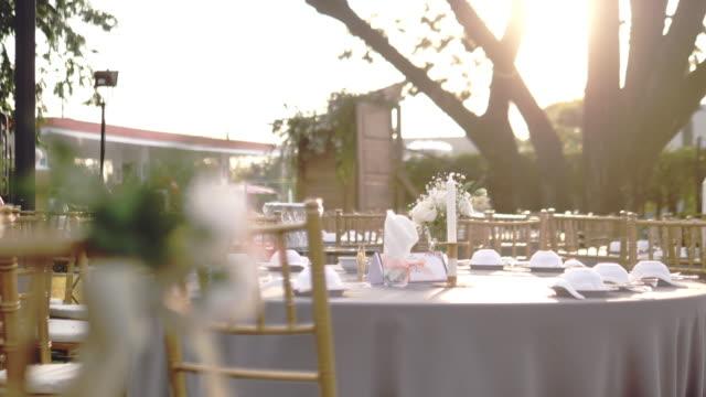 vídeos de stock e filmes b-roll de decoration chairs for wedding - trílio
