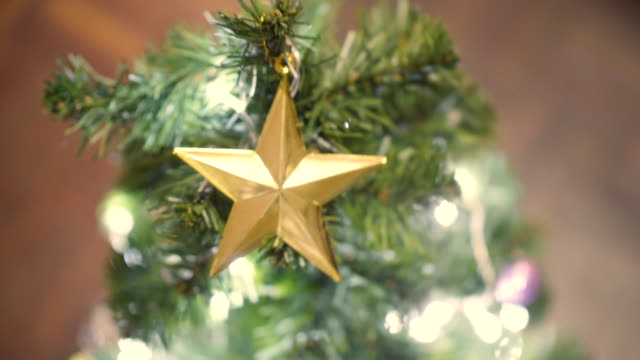 stockvideo's en b-roll-footage met diy: decoratie kerstboom - stervorm