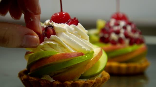 decorazione torta di frutta,close up - dolci video stock e b–roll