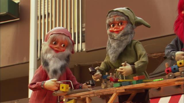 ms pan decoration with figurines of elves at christmas market (kinderweihnacht) / nuremberg, bavaria, germany - エルフ点の映像素材/bロール