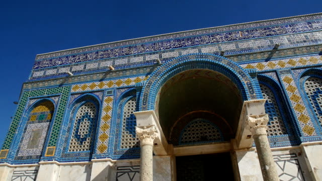 stockvideo's en b-roll-footage met decorations,mosaic and arabic writing on dome of rock / jerusalem old city - rotskoepel