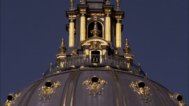 decorative gilding and elaborate pillars decorate the dome of san francisco's city hall. available in hd. - rathaus stock-videos und b-roll-filmmaterial