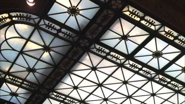vídeos de stock e filmes b-roll de pan decorative ironwork on large skylight - claraboia