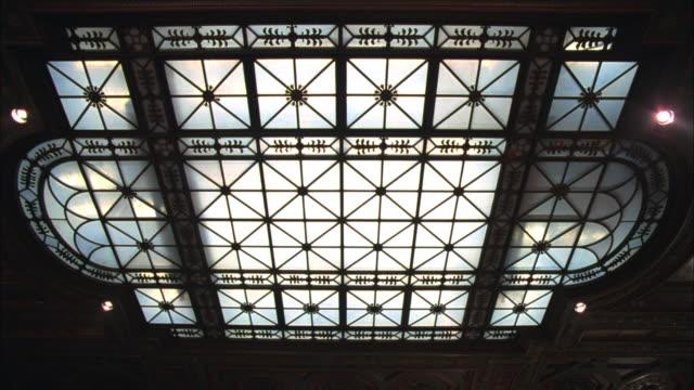 vídeos de stock e filmes b-roll de la decorative ironwork on large skylight - claraboia