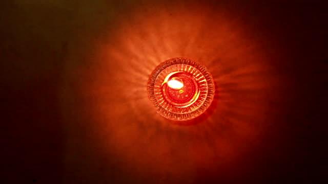 Dekorativ oljelampa lyser
