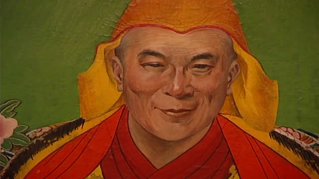 vídeos y material grabado en eventos de stock de deden tsuklagkhang temple, norbulingka institute. detail of a painting of the 14th dalai lama, tenzin gyatso. norbulingka preserves tibetan art and... - posa del loto
