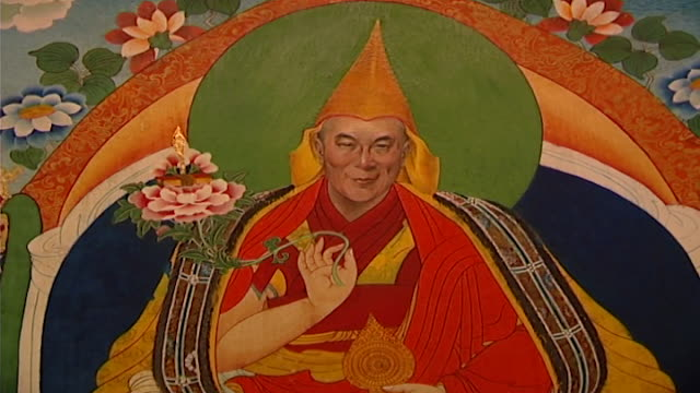 vídeos y material grabado en eventos de stock de deden tsuklagkhang temple, norbulingka institute. view of a painting depicting the 14th dalai lama, tenzin gyatso. norbulingka preserves tibetan art... - posa del loto