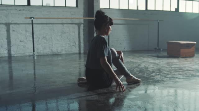 engagierte ballerina, die während des trainings spaltungen machen - flexibilität stock-videos und b-roll-filmmaterial