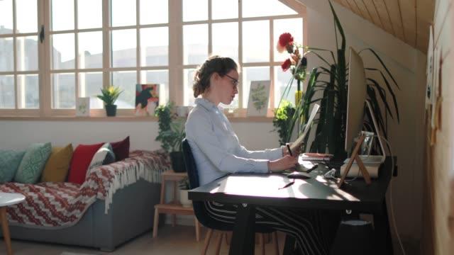 専任のビジネスウーマンがオフィスで徹底的に働く - 製図板点の映像素材/bロール