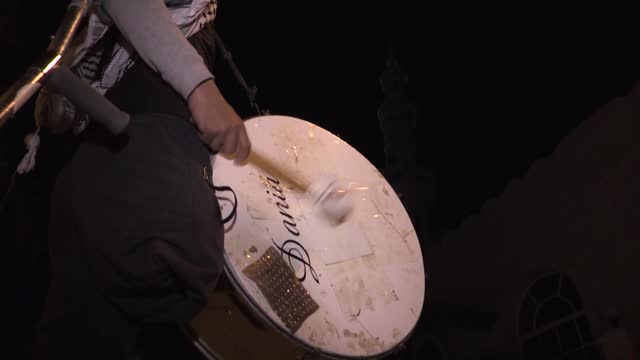 dedicated palestinian young who lost his right leg in the attack on israel's gaza border, work volunteer as ramadan drummer for many years. a... - persone con disabilità video stock e b–roll