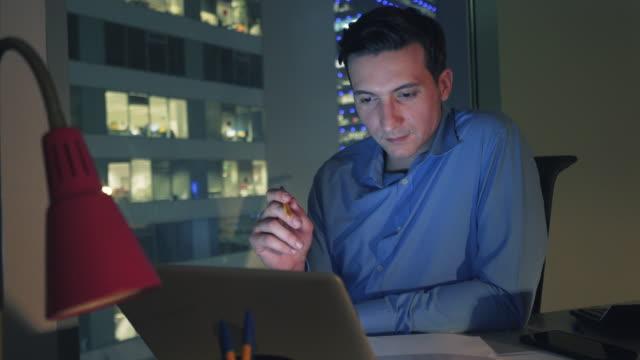 vidéos et rushes de dédié à la réussite de l'entreprise. - suivre activité avec mouvement