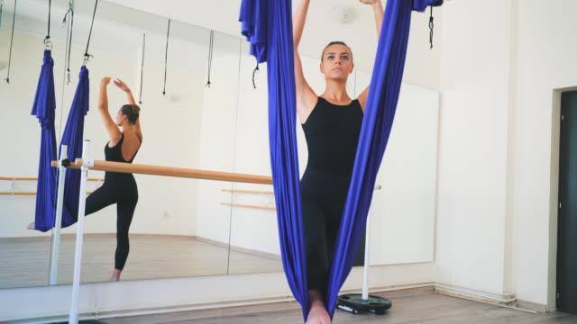 meine leidenschaft gewidmet. - yogastudio stock-videos und b-roll-filmmaterial