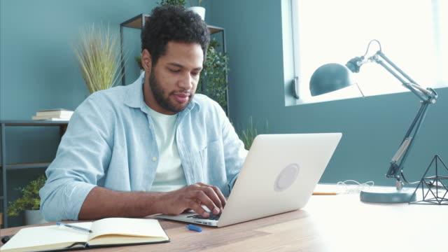 engagierter junger mann, der ein neues projekt plant. - employee engagement stock-videos und b-roll-filmmaterial