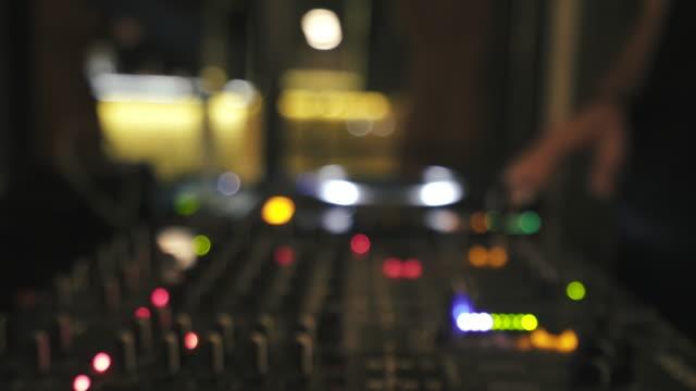 stockvideo's en b-roll-footage met deejay mengen liedjes. - club dj