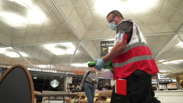 stockvideo's en b-roll-footage met deep cleaning in stansted airport departure lounge as more flights begin to happen as coronavirus lockdown restrictions ease - vermindering