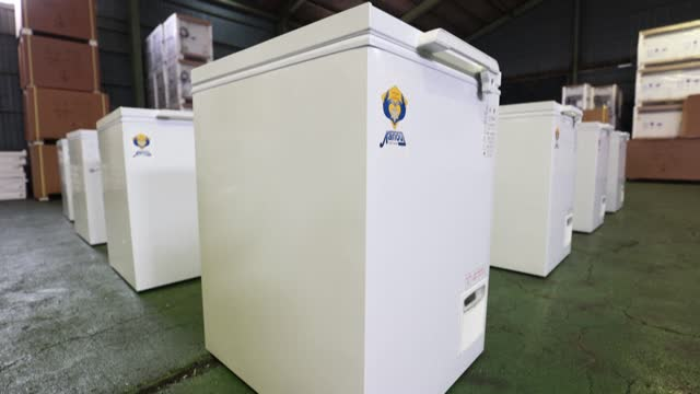 vídeos de stock e filmes b-roll de deep freezers which will be used to store coronavirus vaccine shots are being inspected by staff at fridge manufacturer kanou reiki's sagamihara... - reiki