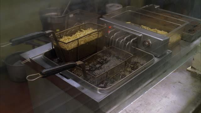 vídeos y material grabado en eventos de stock de ms pan deep fryer in operation - freír mediante inmersión total en aceite caliente