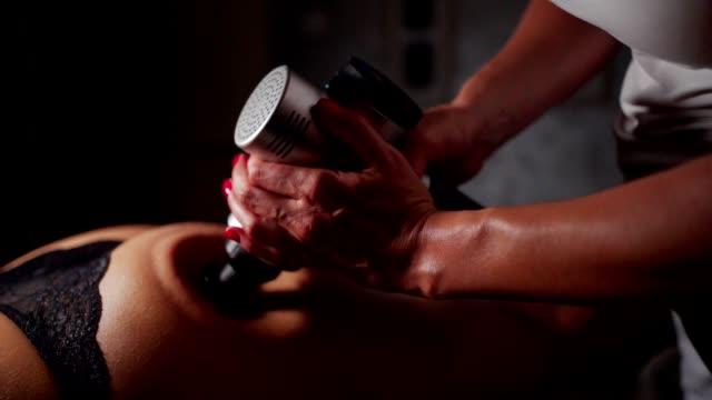 stockvideo's en b-roll-footage met diepe spiermassage - massagetafel