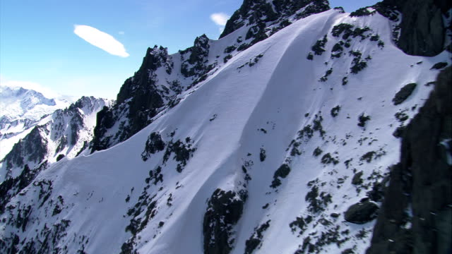 deep snow blankets jagged slopes in the mountains of new zealand. available in hd. - queenstown stock videos & royalty-free footage