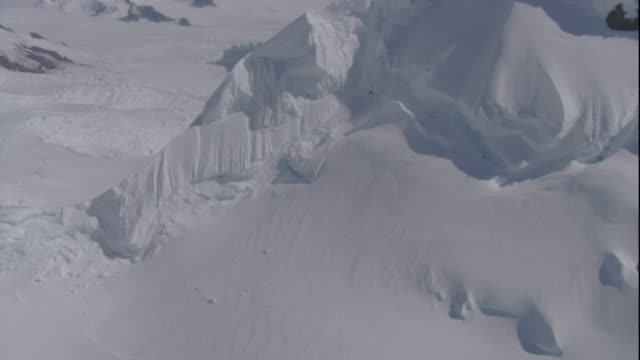 deep snow blankets mountains in antarctica. available in hd - antarctica stock videos & royalty-free footage